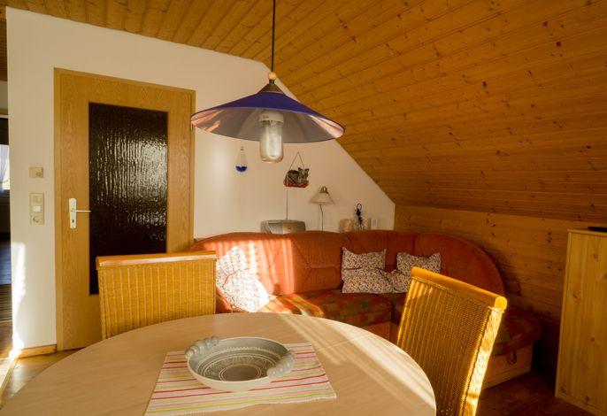 Wohnzimmer mit ausziehbarer Couch, Esstisch, Geschirrschrank, TV, Radio, CD- u. DVD-Spieler