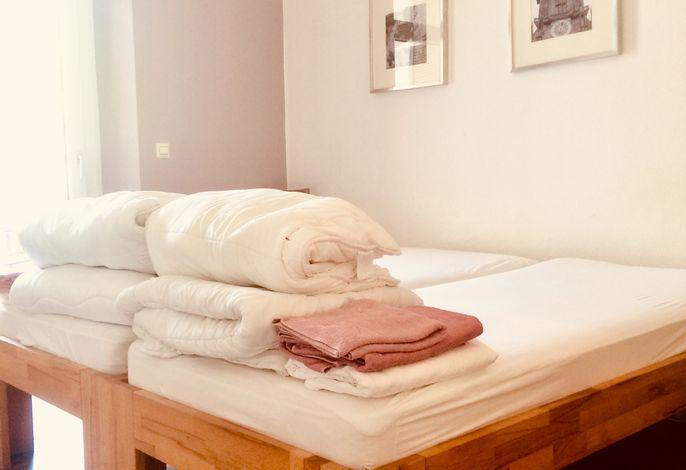 Schlafzimmer Nr. 1, 2 Betten je 90 x 2 m