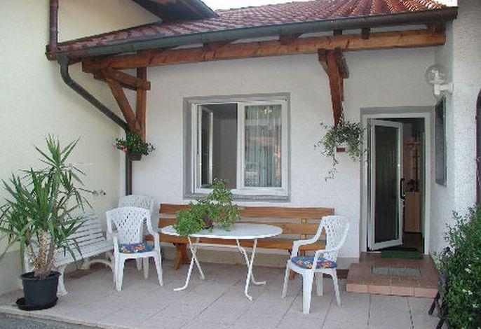 Terrasse mit Sitzgelegenheit