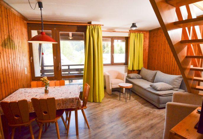 Wohnraum mit Essecke und Sofa (Beispielbild)