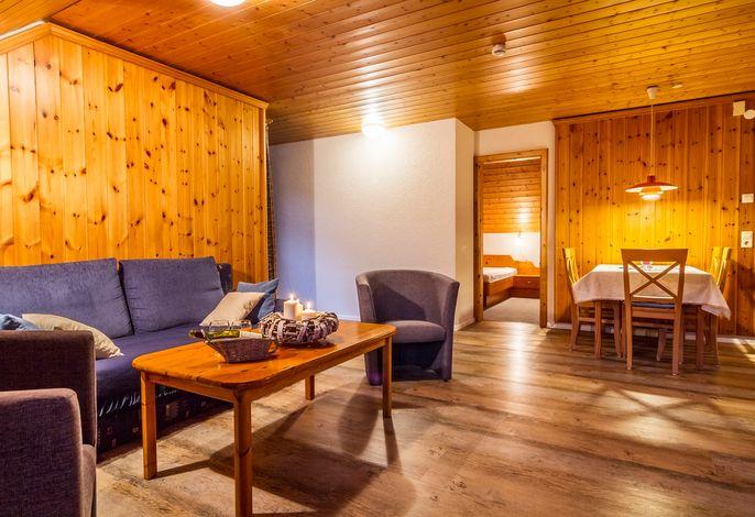 Wohnraum mit Essecke und Sofa