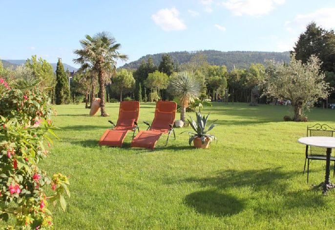 Unser mediterraner Garten mit Liegen zum Entspannen