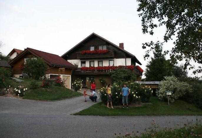 Ruhige, unverbaute Lage am Rand des Rosendorfes mit freier Sicht nach Süden