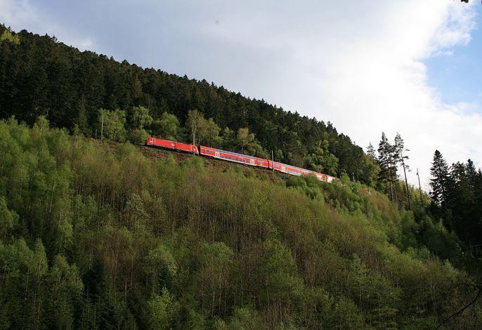 Blick auf die Bahn vom Haus