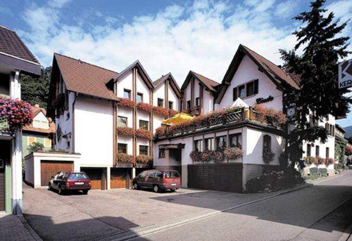 Haupthaus mit Restaurant und 15 Doppelzimmer und 4 Einzelzimmer.