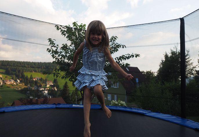 Riesentrampolin im Garten