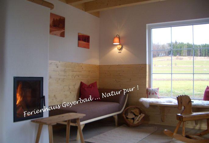 Schönes Wohnzimmer mit Grundofen und großem Panoramafenster