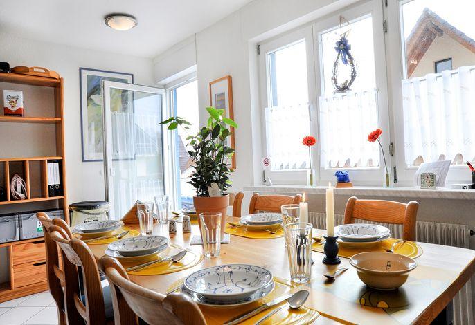 Gemütlich essen in der hellen Wohnküche