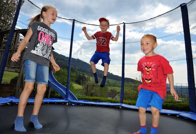 Kinder beimTrampolin hüpfen