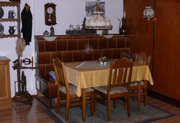 Frühstücksraum mit Kachelofen