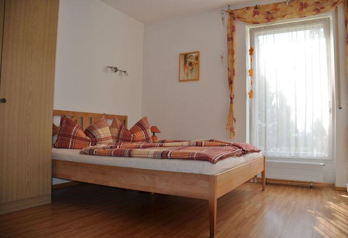 Schlafzimmer mit Doppelbett, Ansicht 1