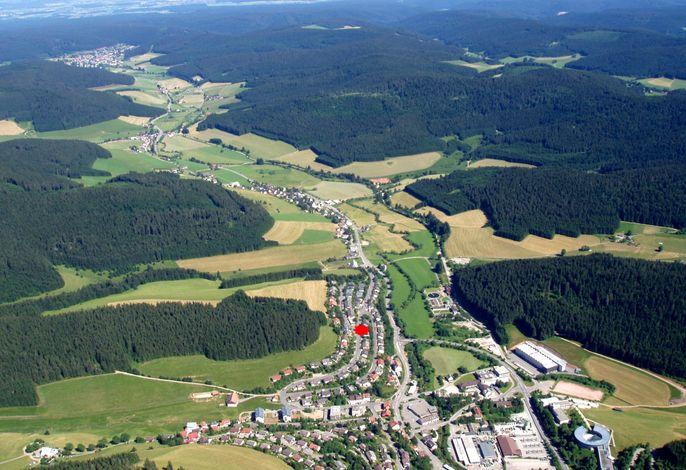 Luftaufnahme Furtwangen/Lage der Ferienwohnung roter Punkt