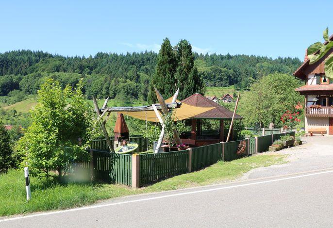 Grillstelle und Spielplatz