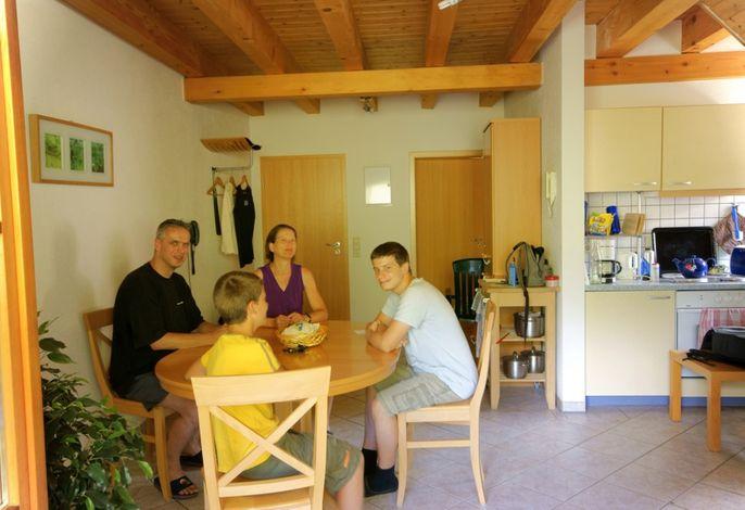 Ferienwohnung Frauenmantel: Wohnzimmer mit Küchenzeile