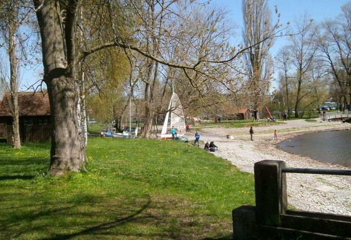 Kinderspielplatz und Segelboote im Einklang