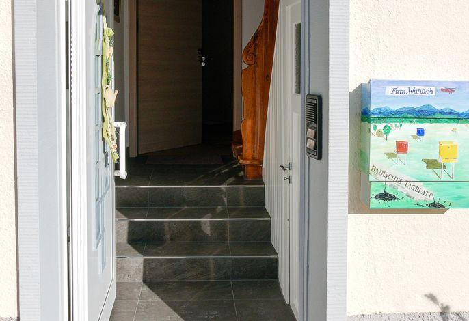 Eingangsbereich - Haustür-Treppen-Ferienwohnung