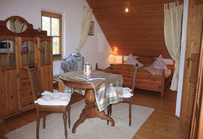 Schlafzimmer mit großem Doppelbett sowie zusätzliche Schlafcouch für 2 Personen