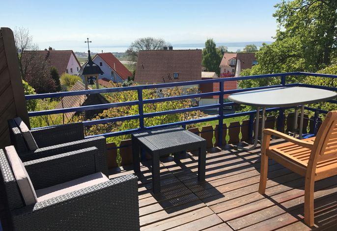 Balkonansicht mit See- und Alpenpanorama und Lounge-Möbeln
