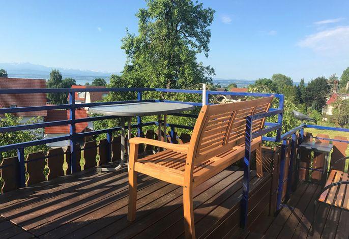 Balkonansicht mit 2 Aussichtsbänken auf 2 Ebenen