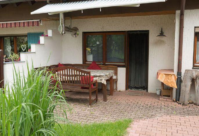 Terrasse mit Sitzecke und Markise