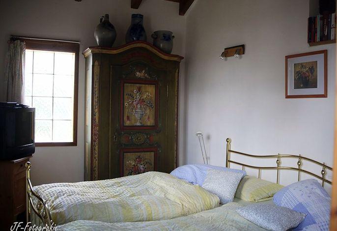 Schlafzimmer mit einem 2 mal 2 m großem Bett