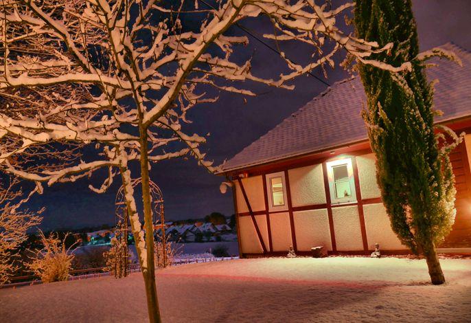 Gesindehaus Charis bei Nacht im Schnee