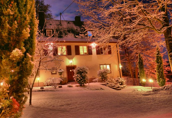 Herrenhaus am Gesindehaus Charis bei Nacht im Schnee