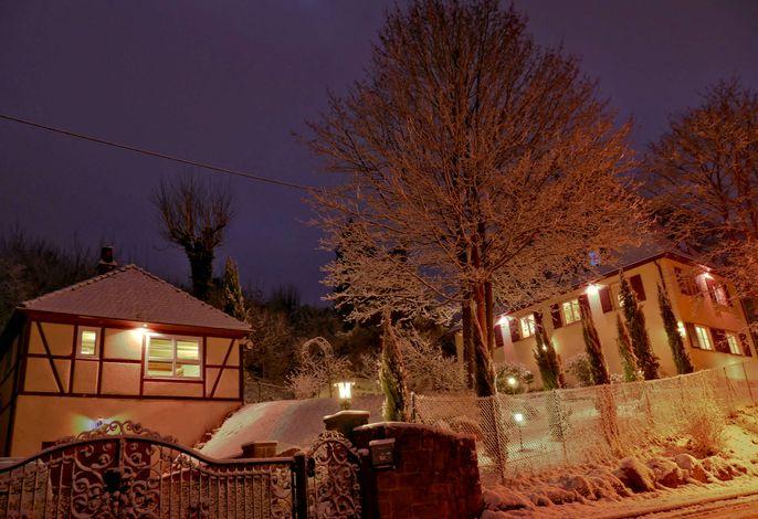 Anlage Feríen am Herrenhaus bei Nacht im Schnee