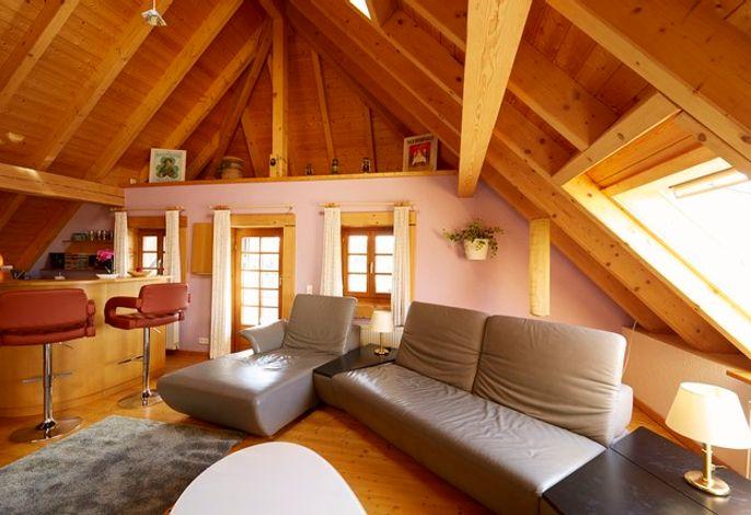Wohnzimmer mit Bar und Zugang zum Wintergarten