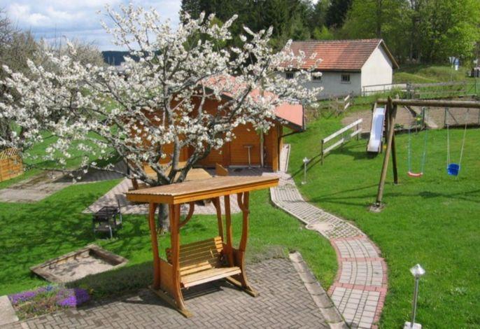 Blick auf unser Gartenhaus mit Schwarzwaldschaukel