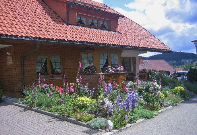 Haus Waldvogel mit Steingarten