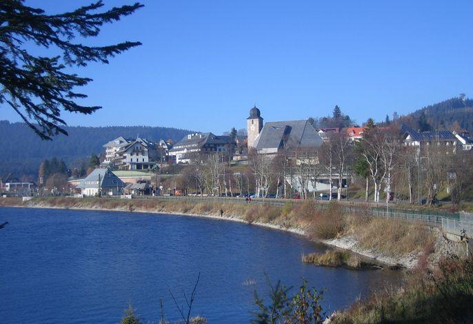 Schluchsee-Ort mit Kirche