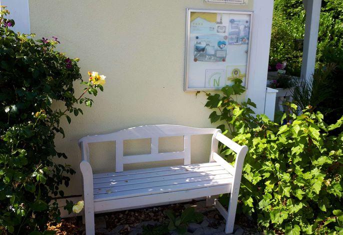 Sitzgelegenheit vor dem Haus