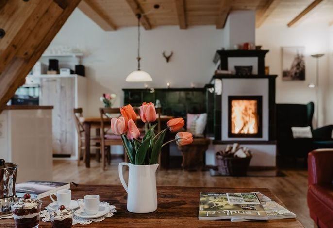 Gemütliche Wohnküche mit Schwarzwälder Kachelofen