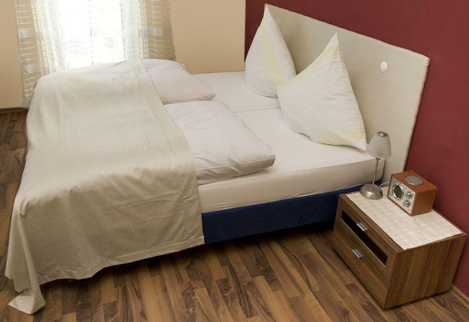 Wohnzimmer mit Schlafbereich, TV, Dusche, WC, Föhn