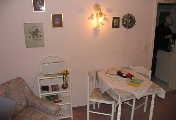 Sitzgelegenheit und Blick in die Küche