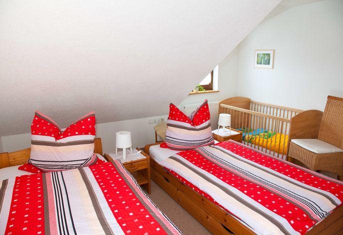 Schlafzimmer 1 mit Kinderbett