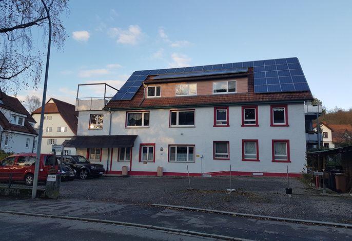 Haupthaus mit Parkplatz Kennerweg