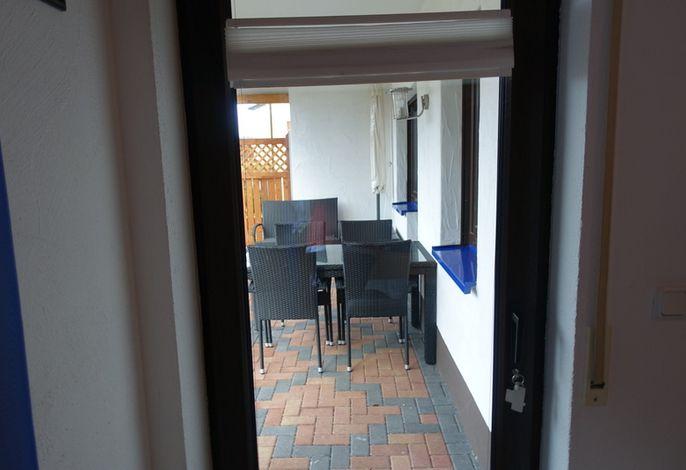 Eingang FeWo mit Tisch und Stühlen