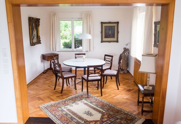 Gemütlicher Tisch für vertraute Gespräche