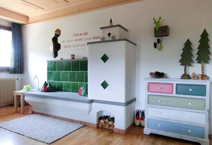 Wohnzimmer mit gemütlich warmem Kachelofen