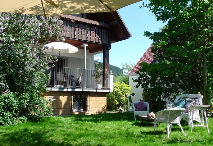 Garten mit Blick zum Balkon - Schwarzwald-Traum