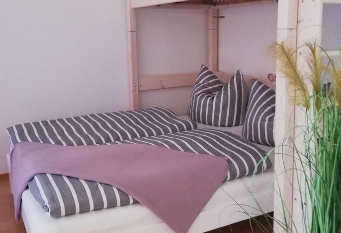 Doppelbett mit Hochbett