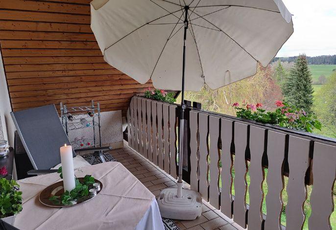 vom überdachten Balkon aus die Aussicht und Ruhe genießen