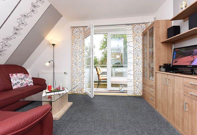 das Wohnzimmer mit Blick zum Balkon