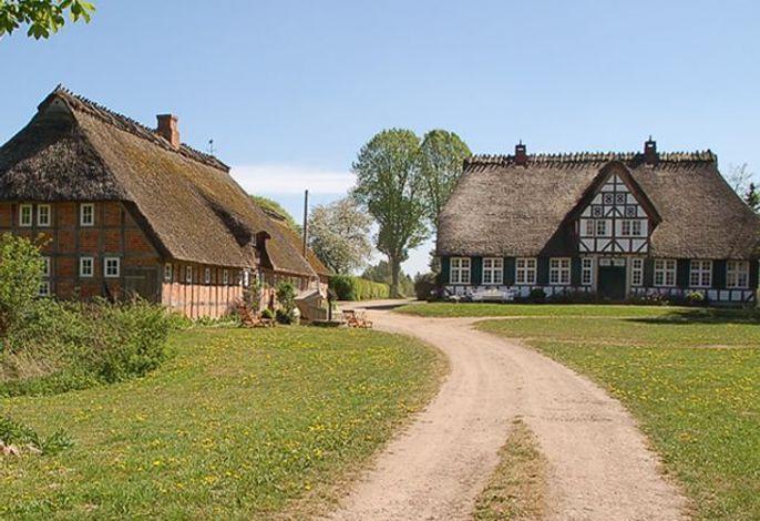Aussenansicht Ferienwohnungen und Bauernhaus