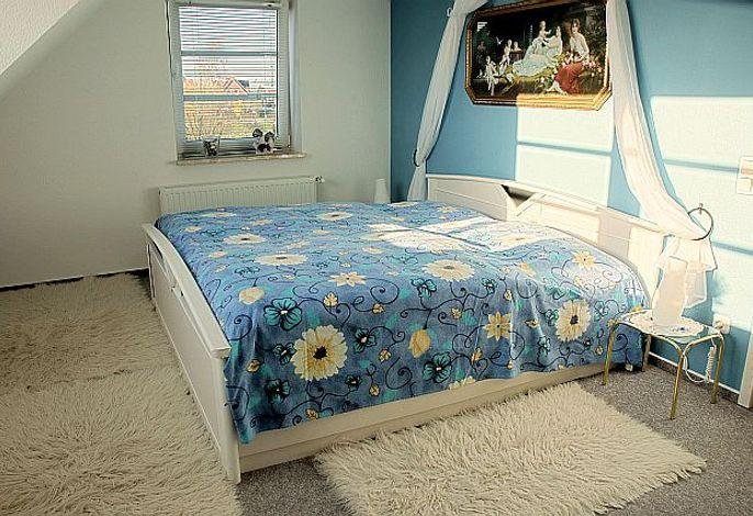 heller Schlafraum mit Doppelbett