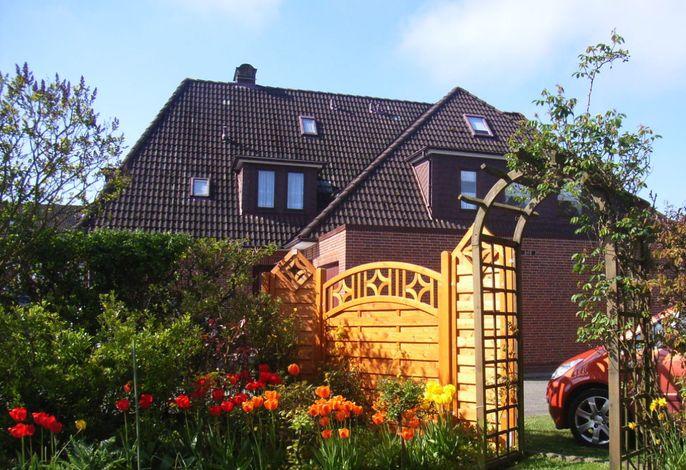 Hausansicht mit Blick in den Garten