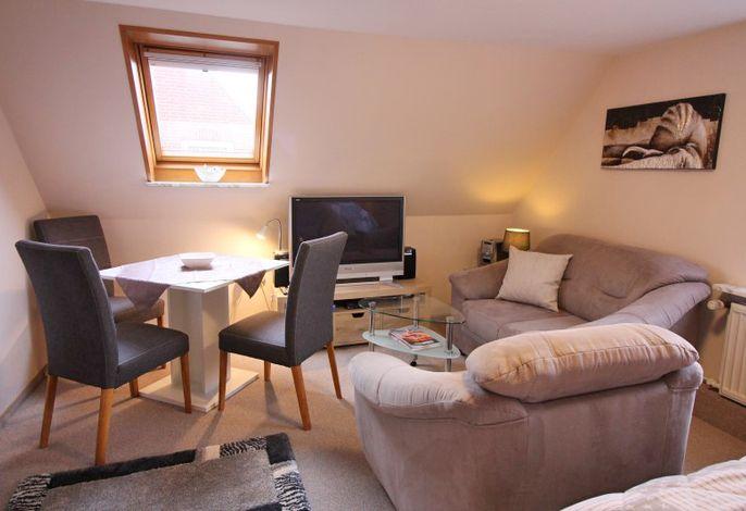 Gemütliche Sitzgelegenheiten und Esstisch im Wohnraum