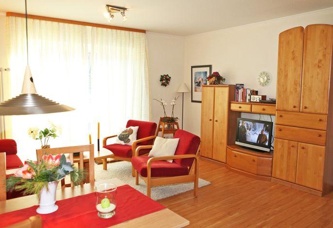 Wohnzimmer mit großem Balkon, Tisch mit 4 Gartenstühlen, Liege, Sonne von 8,00 bis 15.00, Kabel TV in HD, Stereoanlage